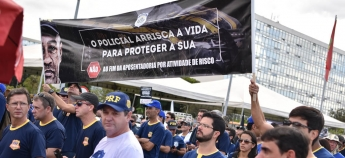 Policiais se manifestam contra o fim da aposentadoria policial